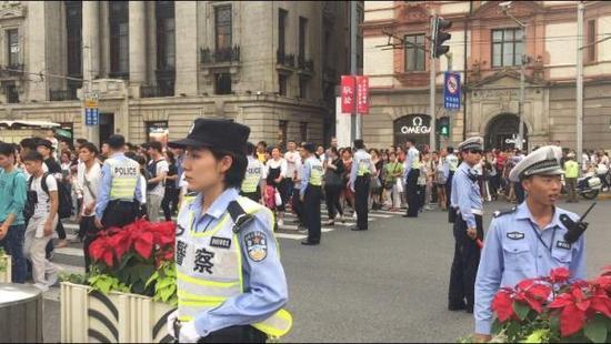 国庆当天外滩游客众多,黄浦警方派出大量警力维持交通治安状况。