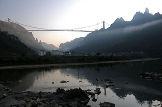 资料图片:湖南湘西矮寨大桥  新华社记者 范军威 摄