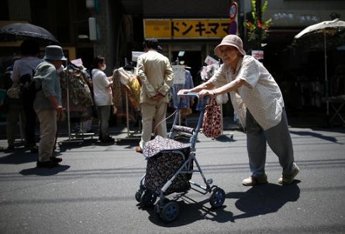 资料图:日本老人(图片来源:路透社)