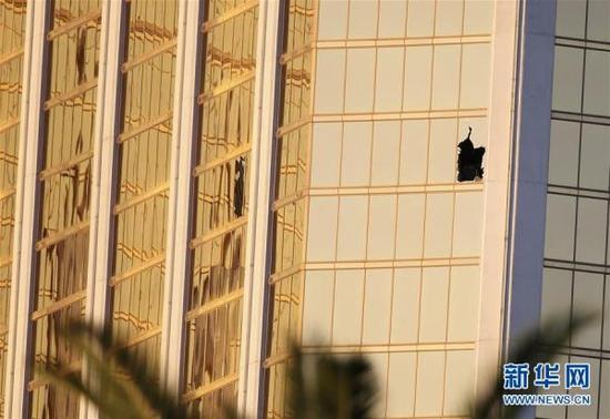 这是10月3日拍摄的美国拉斯维加斯曼德勒海湾酒店,枪手所在房间破损的两扇窗子清晰可见。