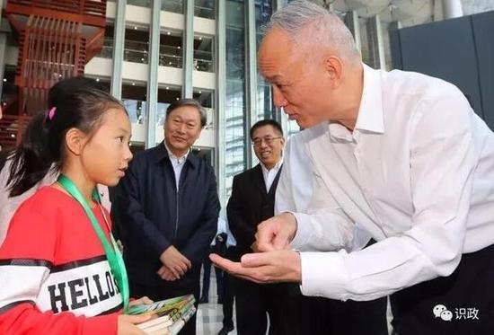 △ 蔡奇与小读者交流 供图 | 北京日报