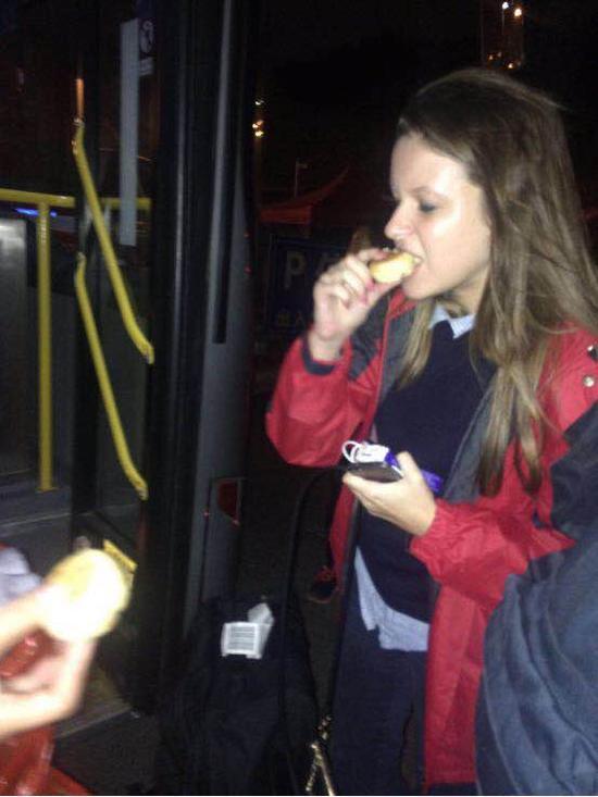 外国游客开心地品尝中国月饼。