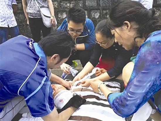 车祸现场,四川医护人员分工协作急救伤员。