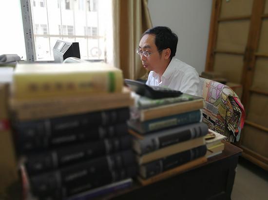 国庆假期,寻霖照常在文献研究所的办公室上班。