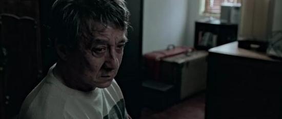 片中成龙的老年扮相,在他以往的电影里极为罕见。