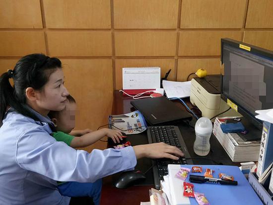 10月1日下午,方娴带20个月大的儿子上班,同事送来糖果并拍下照片。枞阳县公安局 供图