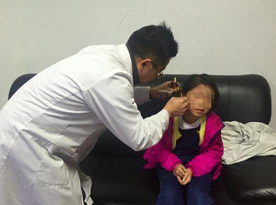 医生为女孩擦药。