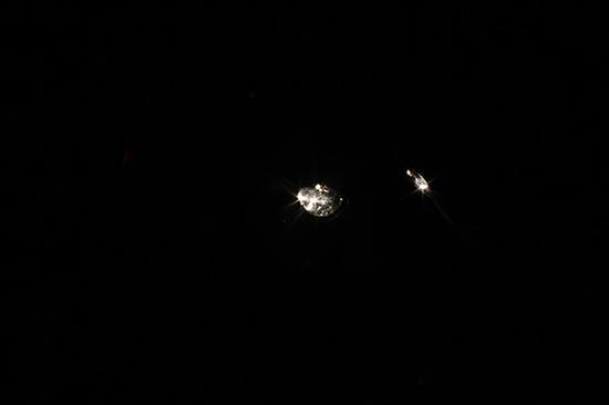 10月3日晚,因丽江下雨气温接近零摄氏度,40名警力连夜搜救走失在玉龙雪山腹地的张达,图为民警手电筒光。