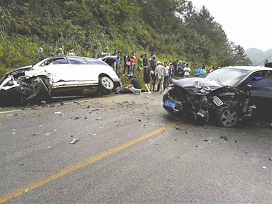 两辆汽车车头均受损。