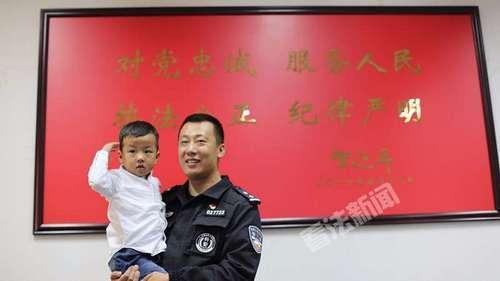 中秋佳节,李警官的妻子带着儿子来到特警机动大队探班,图为李警官抱起儿子,激动不已。摄/记者 王晋龙
