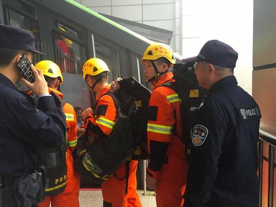 消防、特警救援队出动。