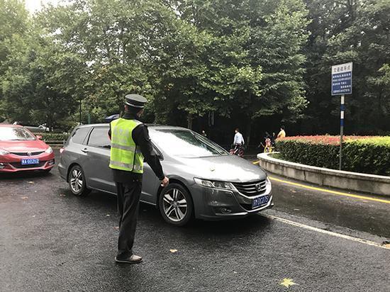 徐宗峰指挥来往车辆有序行进。