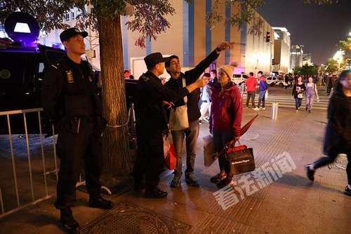 十一期间,特警队员在北京王府井步行街附近坚守岗位