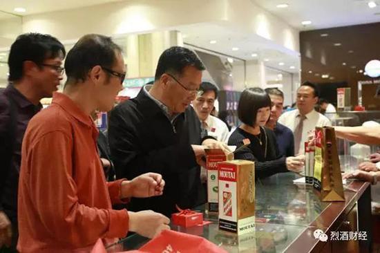 李保芳书记在王府井百货大楼酒水专区。