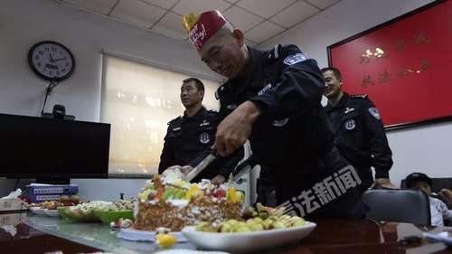 10月4日中秋节,北京市公安局东城分局特警机动大队的队员们为张警官过生日