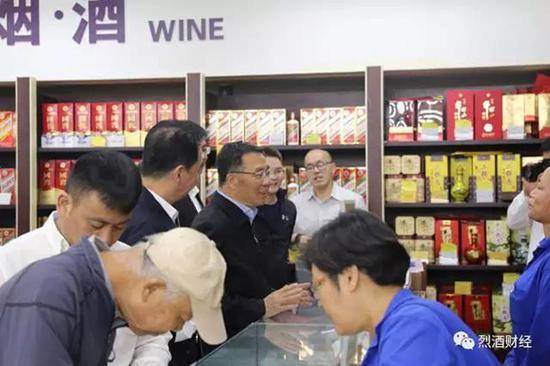 李保芳书记了解京客隆连锁店销售情况。