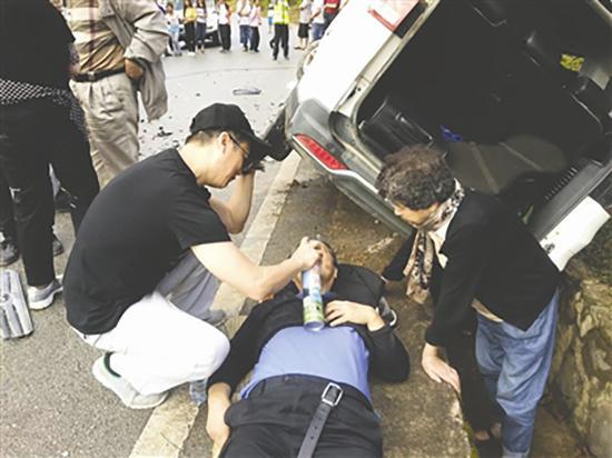 医护人员为伤者输氧。