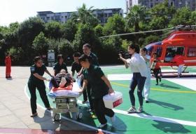 近日,来自临武的74岁患者搭乘直升机转院到郴州市第一人民医院。图/受访者提供