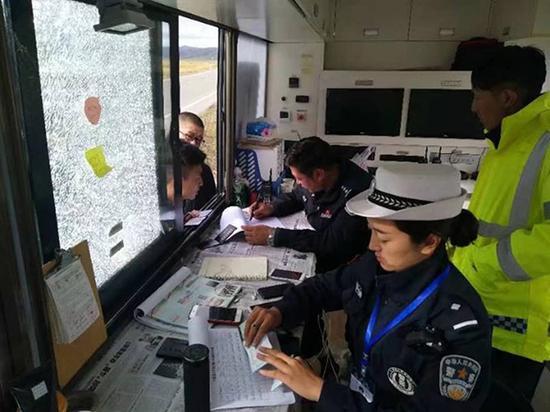 民警正在登记过往车辆相关信息。本文图片 红原县公安局 供图