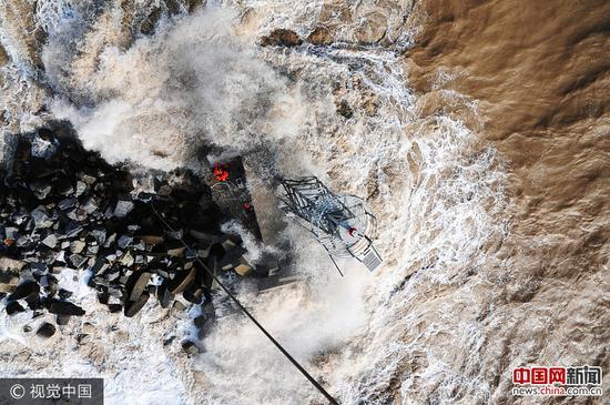 2017年10月2日,山东东营,交通运输部北海救助局所属的北海第一救助飞行队紧急出动专业救助直升机,营救被困海中的遇险者。