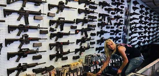 枪店的内景,可以看到有种类数量众多的AR-15系列枪械。