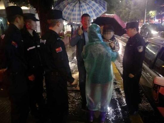 民警找到走失的孩子。警方供图