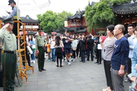 ↑武警战士郑斌在哨位上向父母敬礼。来源:武警供图