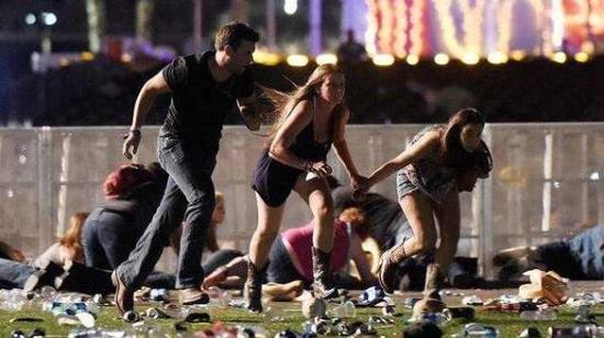 枪击案现场逃跑的人群