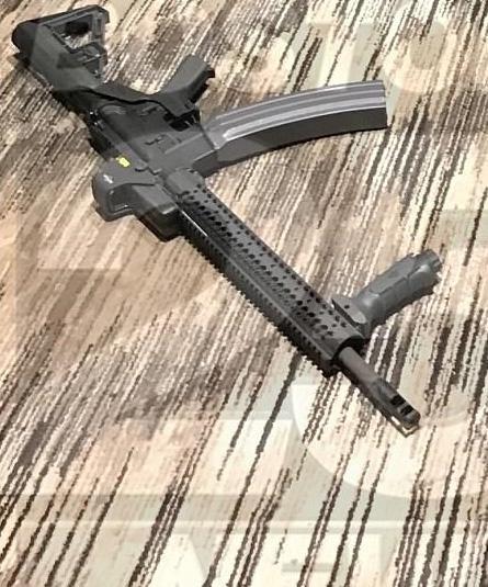枪击惨案现场的安装撞火托和100发弹匣的AR-15系列步枪。