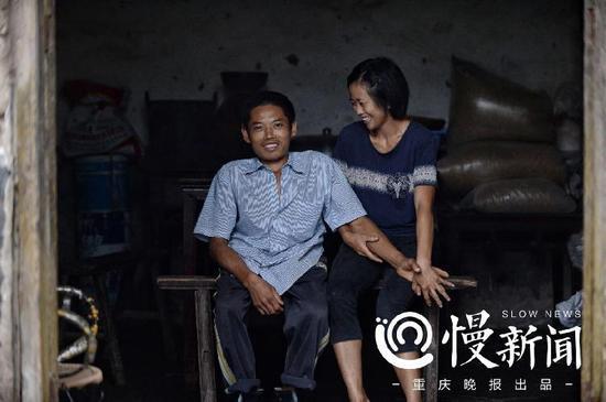 坐在家中客厅里合影,两人忍不住的笑容