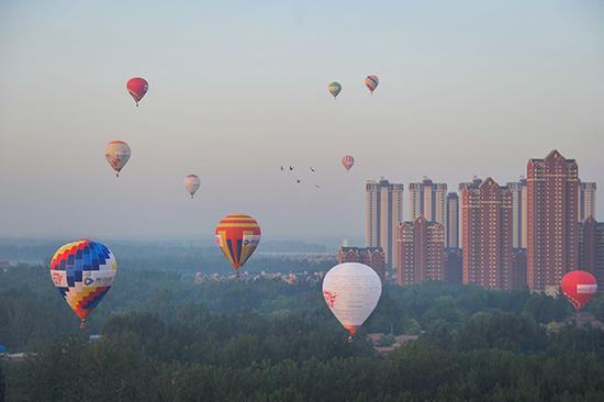 2017年7月11日,在京津冀交界处,一家公司组织的热气球飞行从河北廊坊起飞,飞越天津武清,最后在北京地区降落。视觉中国 资料