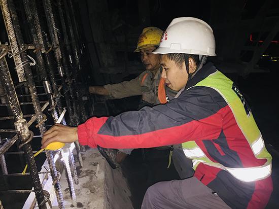 中秋当天,刘建林在隧道现场值班。