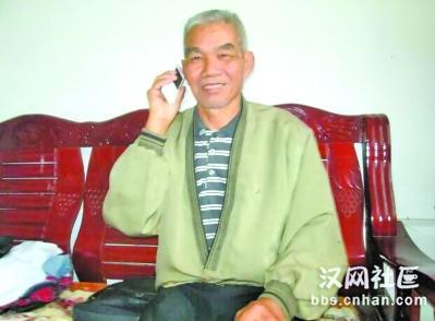 与素未谋面的女儿通话,胡福元乐得合不拢嘴 通讯员陶火应 摄