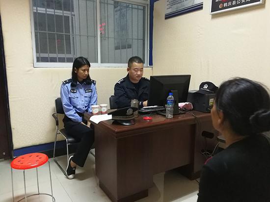 办案民警将杨某和其家属带往派出所接受询问。
