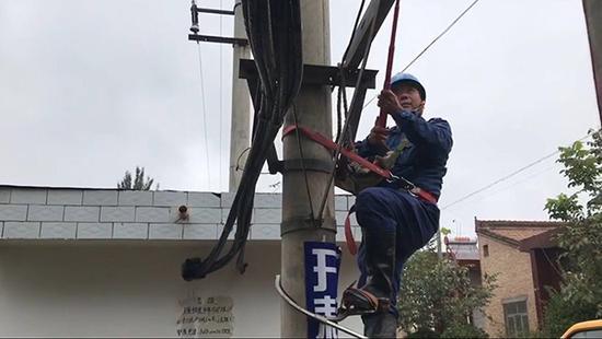 电路抢修现场。本文图片 澎湃新闻记者 陈雷柱