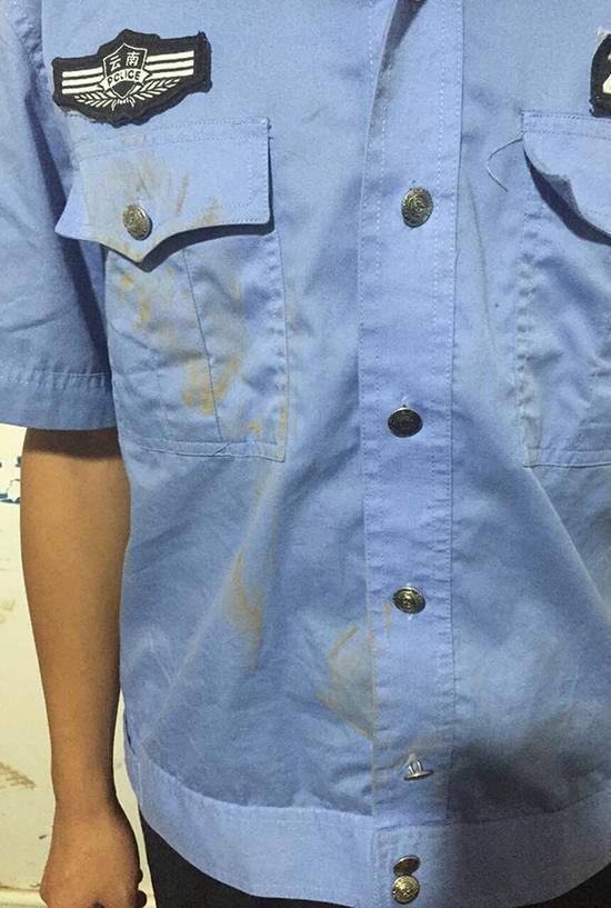 杨某酒后抗法,民警处警时,被杨某辱骂踢打。本文图片均由鹤庆警方 提供