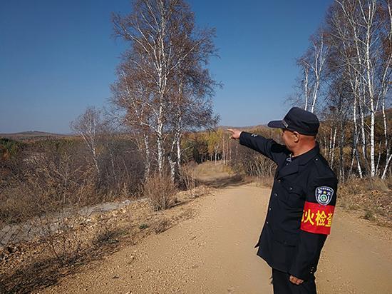 张振江正在他所负责的林区巡山。本文图片 澎湃新闻记者 王哿