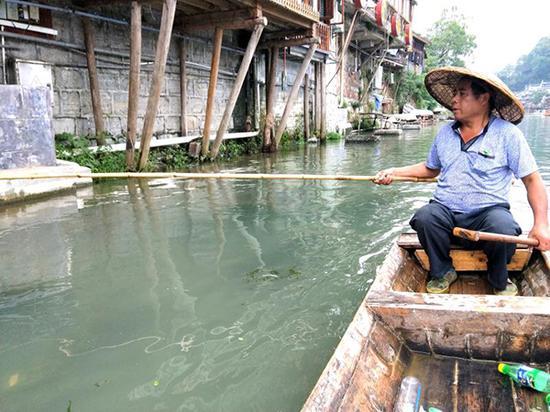 石洪友在江上巡查。 本文图片 澎湃新闻记者 蒋格伟