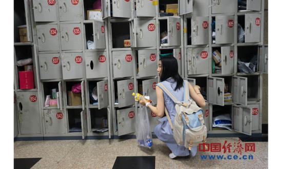 资料图片:2017年6月19日,京东举行618购物节,北京第二外国语学院收发室繁忙。(图片来源:视觉中国)