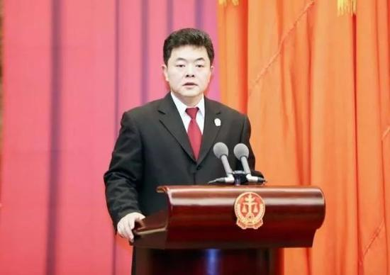 最高人民法院党组成员、政治部主任、机关党委书记徐家新作工作报告。吴贺佳 摄