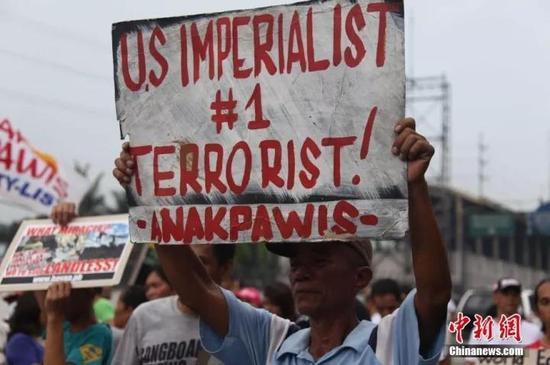 """2014年,菲律宾民众高举""""美国帝国主义是头号恐怖分子""""的标语"""