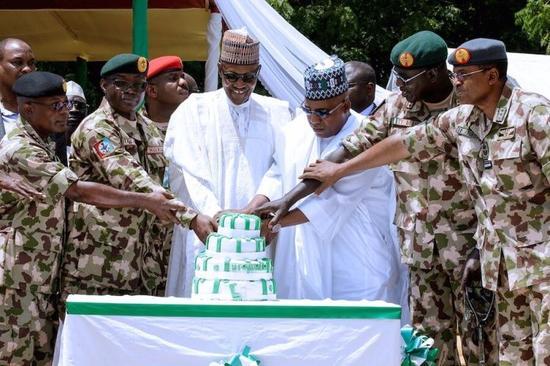 (尼日利亚总统布哈里(左三)庆祝独立日,图源:vanguard)