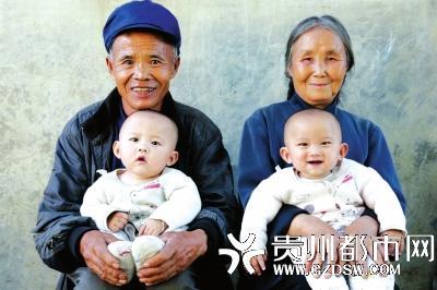 两位老人第一次和孙子合影。本文图片 贵州都市报