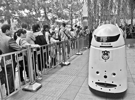 """天安门广场的安检口处呆萌可爱的""""机器警察""""。 北京青年报 图"""