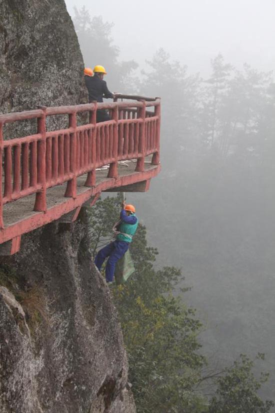 高空作业,具有很高的危险性。