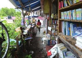 10月7日,长沙市岳麓区麓山南路,无人书店里满满当当都是书,很多书都堆积到了走廊上。图/辜鹏博