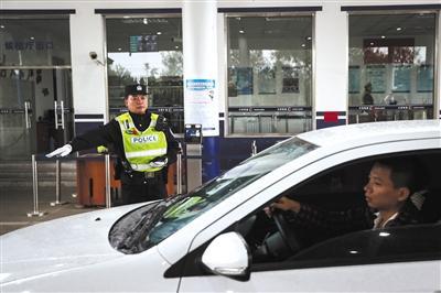 10月7日,大兴区凤河营治安检查站,郑杰正在执勤。新京报记者 彭子洋 摄