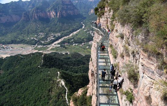 9月9日,游客在邯郸东太行景区悬空玻璃栈道上观光体验。东方IC 图