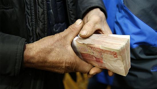 """拖欠农民工工资将被列入""""黑名单"""" 视觉中国 图"""