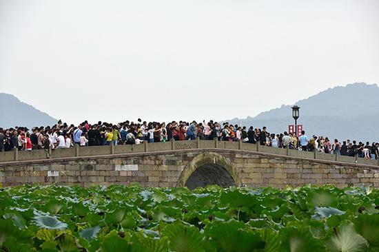2017年10月3日,西湖景区的游客。 视觉中国 图
